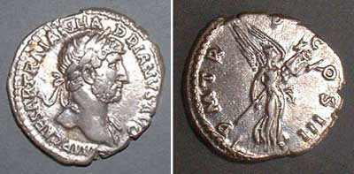 Denarius (Hadrianus), Rv: Victoria with trophy