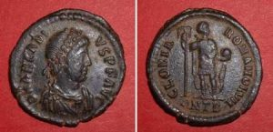 Follis (Arcadius), Rv: Emperor with globe and standard